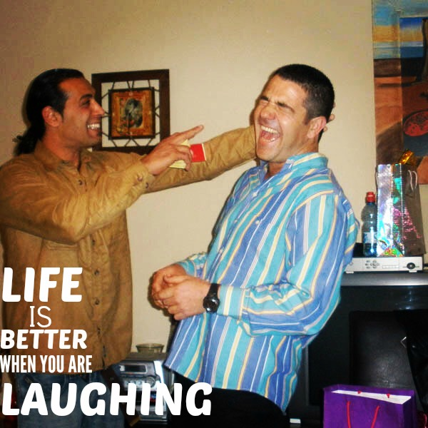 2 גברים משחקים ונקרעים מצחוק בהפעלה בערב זוגות