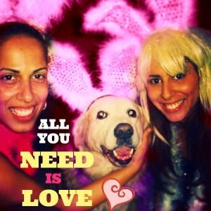 2 בנות מחופשות וכלב באמצע מחייכות במסיבת רווקות