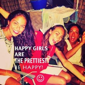 בנות מאושרות וצוחקות במסיבת הרווקות עם סקסולוגית